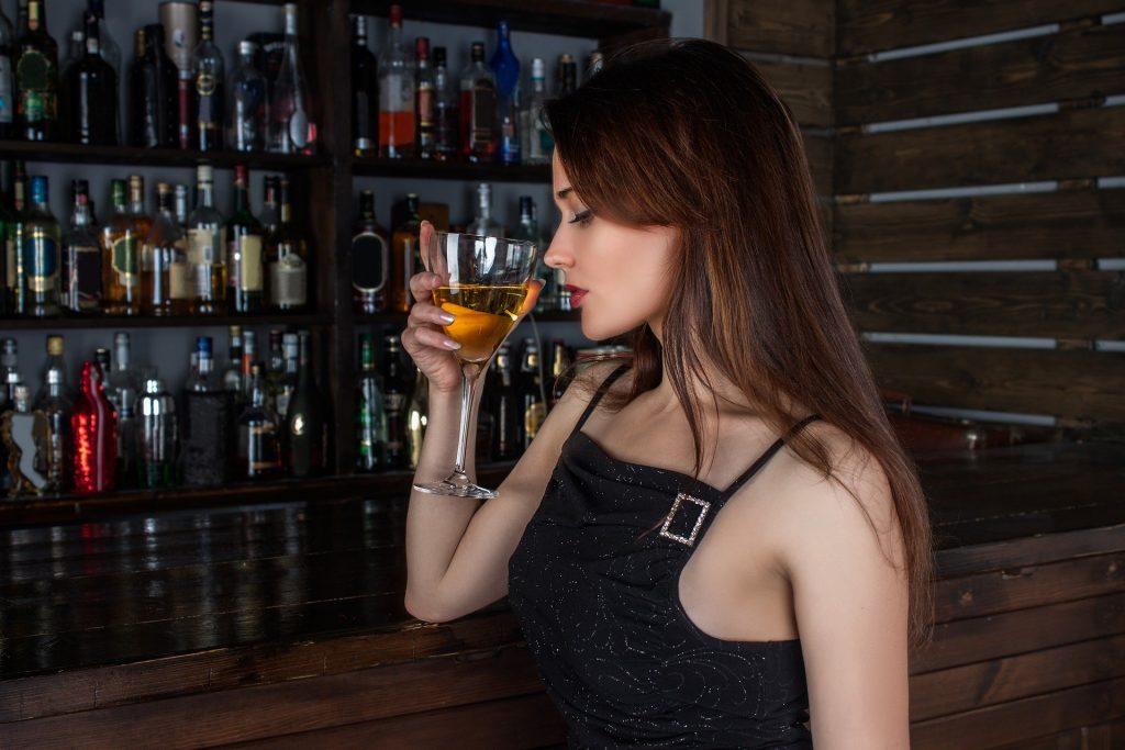 Девушка в клубе, работа в сфере досуга